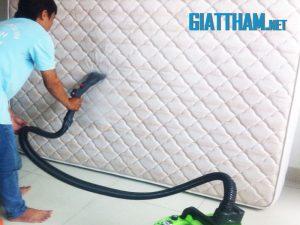 Giặt đệm phòng ngủ bằng hơi nước nóng tại nhà